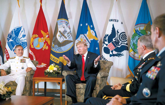 도널드 트럼프 미국 대통령이 지난 3일(현지시간) 하와이 태평양사령부를 방문한 자리에서 해리 해리스 사령관(왼쪽) 등 지도부로부터 북한의 위협을 비롯한 주변 정세에 대해 보고를 받고 있다. 트럼프 대통령은 5일부터 한국·중국·일본·베트남·필리핀 등 아시아 5개국 순방에 나선다. [AP=연합뉴스]