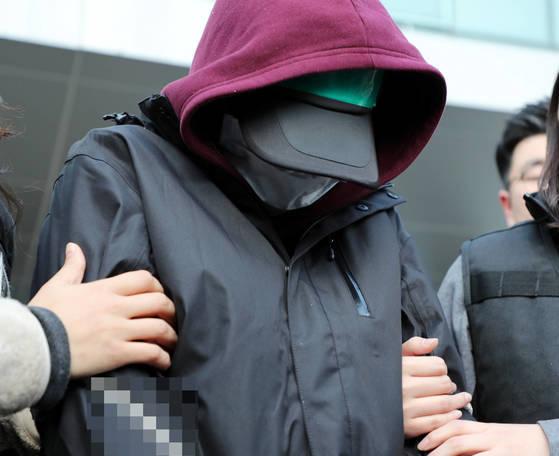 용인 일가족 살인사건 피의자 김모(35)씨의 아내 정모(32)씨가 지난 4일 오후 영장실질심사를 위해 경기도 용인시 용인동부경찰서를 빠져나오고 있다. [연합뉴스]