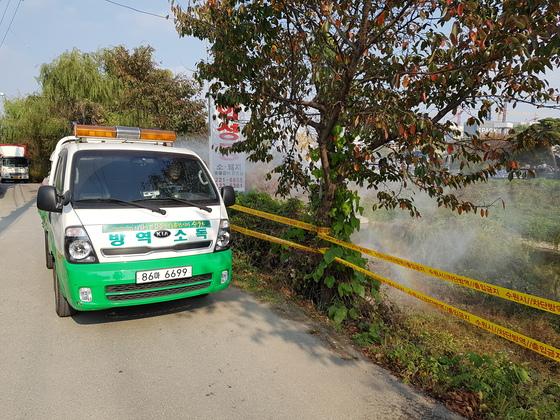 경기 수원시 방역 차량이 원천리천 주변을 소독하고 있다. [사진 수원시]