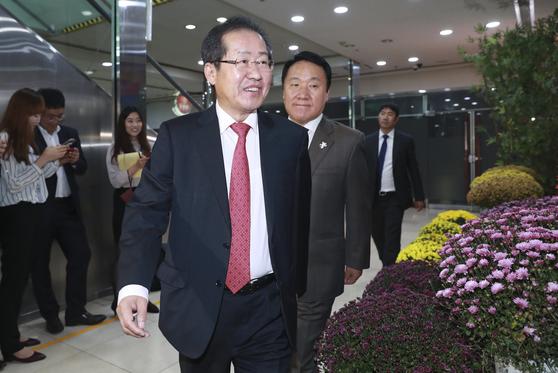자유한국당 홍준표 대표가 당내 재선 의원들과 오찬을 위해 2일 서울 여의도 한식당으로 들어가고 있다. 임현동 기자