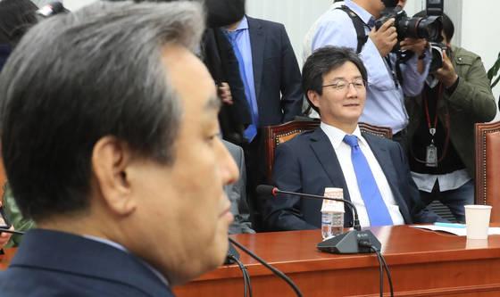1일 오후 국회에서 열린 바른정당 의원총회에서 유승민 의원과 김무성 의원이 회의 시작을 기다리고 있다. [연합뉴스]