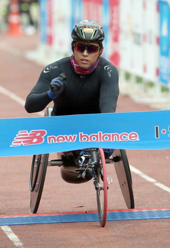 5일 열린 2017중앙서울마라톤에서 일본의 니시다 히로키가 휠체어부문 1위로 골인하고 있다. 최정동 기자