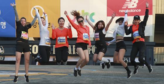 2017 중앙서울마라톤에 참가한 2030 여성 달리기 모임 '비비드레이디'. 임현동 기자