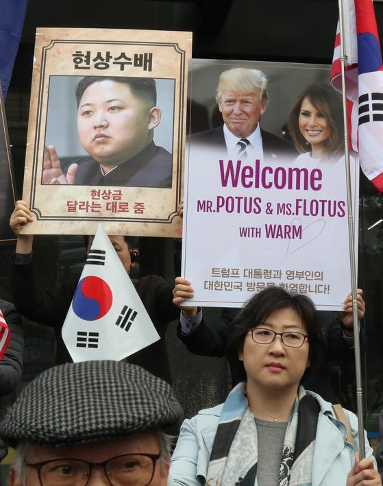 트럼프 대통령을 환영하는 피켓과 김정은 노동당위원장을 수배하는 피켓이 나란히 등장했다. 김춘식 기자