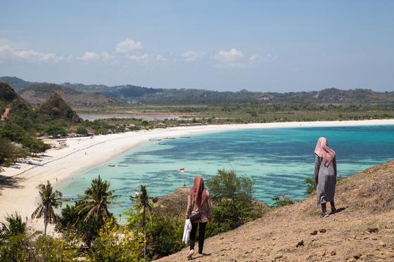 롬복 남부에 있는 탄중안 해변.