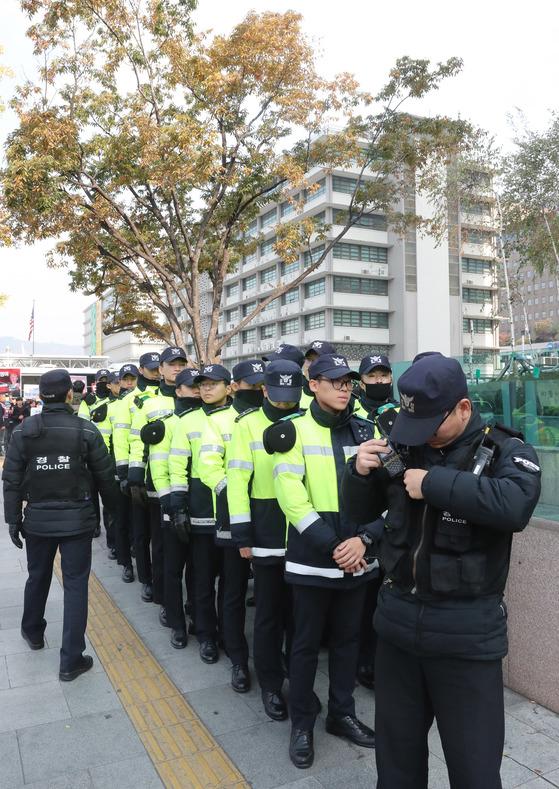 양 진영 사이에서 미 대사관 경비를 서고 있는 경찰병력. 김춘식 기자