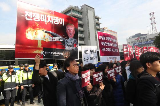 트럼프 대통령의 방한을 반대하는 피켓. 김춘식 기자