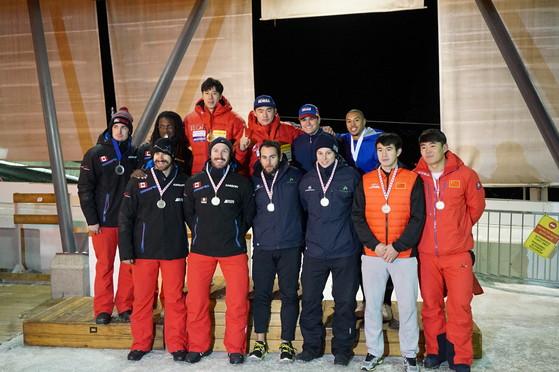 5일 캐나다 휘슬러에서 열린 북아메리카컵 봅슬레이 1차 대회에서 우승한 석영진-지훈 조(윗줄 왼쪽 셋째, 넷째). [사진 대한봅슬레이스켈레톤경기연맹]
