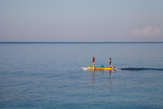 인도네시아 롬복은 옆에 있는 섬 발리와 달리 어딜가든 한가롭다. 셍기기 지역 망싯 해변에 있는 카타마란 리조트에서 아침을 먹으며 바라본 풍경. 이른 아침 마을 어민들이 고깃배를 몰고 어딘가로 향하는 모습.