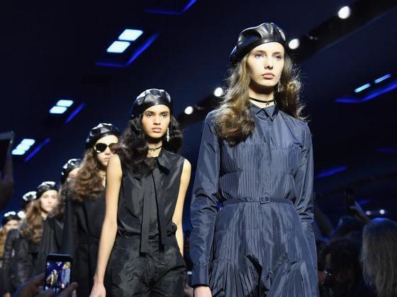 지난 2017년 4월 디올이 파리 패션위크에 선보인 2017 가을겨울 컬렉션 쇼 현장. 런웨이에 선 모든 모델들이 머리에 검정색 가죽 베레모를 쓰고 있다. [중앙포토]