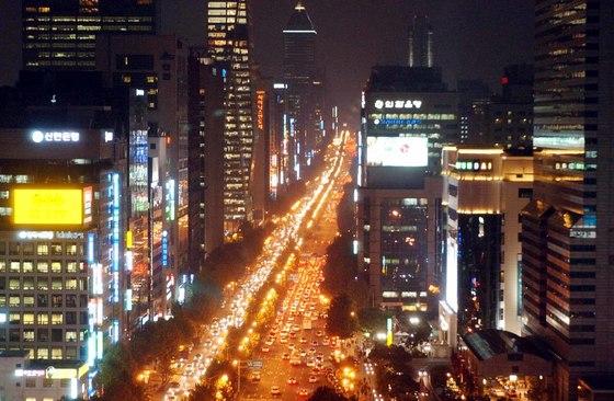 초고층 빌딩들이 숲을 이룬 서울 테헤란로 주변. 왕복 8차선 대로는 밤낮으로 차들이 붐빈다. [중앙포토]