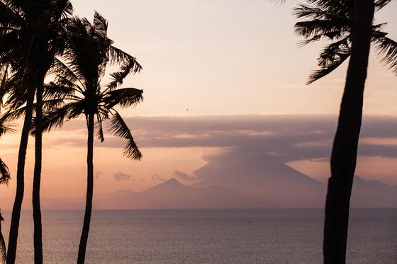 셍기기 해변 언덕에서 바라본 발리 아궁산. 삿갓처럼 생긴 봉우리 중 가장 높은 게 아궁산이다.
