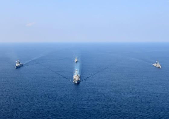 6일부터 7일까지 제주 인근 해상에서 대량살상무기(WMD) 확산 차단을 위한 다국간 연합 해양차단훈련이 벌어졌다. 대열 맨 앞 미국 해군 이지스구축함 채피함, 왼쪽 한국 해군 이지스구축함 세종대왕함, 오른쪽 호주 해군 호위함 멜버른함, 후미 호주 해군 호위함 파라마타함. [사진 해군] 사진 2