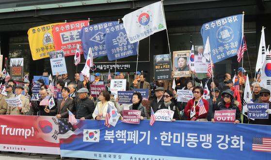 자유애국모임 회원들이 6일 광화문 미 대사관 옆에서 트럼프 대통령의 방한을 환영하는 집회를 열고 있다. 김춘식 기자