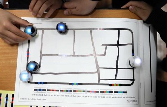 중학교는 내년부터, 초등학교 5,6학년은 2019년부터 소프트웨어교육이 필수화된다. 서울 한 초등학교 학생들이 교육용 로봇을 이용해 코딩교육을 받고 있다. [중앙포토]