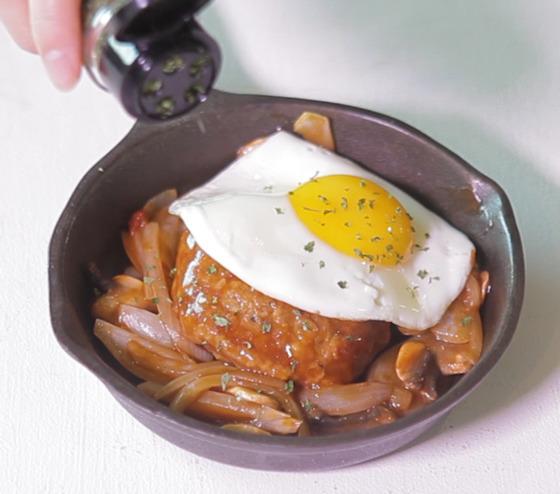 CJ제일제당 '고메 함박스테이크'(냉장)에 양파, 양송이, 달걀을 넣어 만들었다. 브런치 카페 부럽지 않을 만큼 맛과 비주얼 모두 훌륭했다.