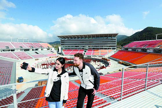 우메이마와 니콜라이는 평창 올림픽 개폐회식이 열리는 메인스타디움을 찾았다. [평창=강정현 기자]