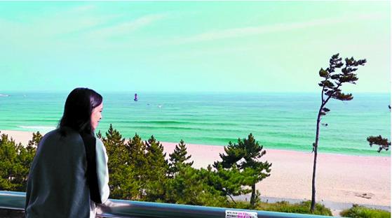 우메이마는 하룻밤에 5만원인 경포대 인근 모텔에서 묵었다. 바다가 보이는 곳에서 아침을 맞을 수 있어 행복해했다. 하지만 올림픽 기간 방값이 7배 오른 34만원이라는 이야기를 듣고 깜짝 놀랐다. [강릉=강정현 기자]