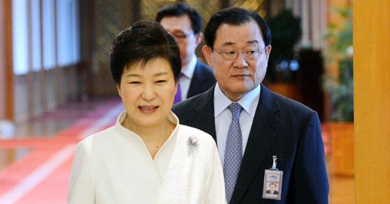 박근혜 전 대통령(왼쪽)과 이병기 비서살장. [중앙포토]