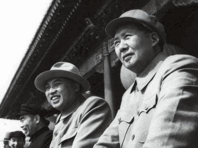1954년 10월 천안문 망루에 오른 마오쩌둥(오른쪽)과 김일성(중국 건국 5주년 열병식). [중앙포토]
