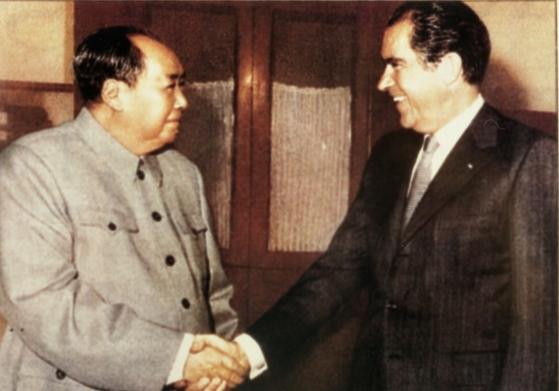 1972년 닉슨 미국 대통령이 중국을 방문해 마오쩌둥과 악수를 나누고 있다. [중앙포토]