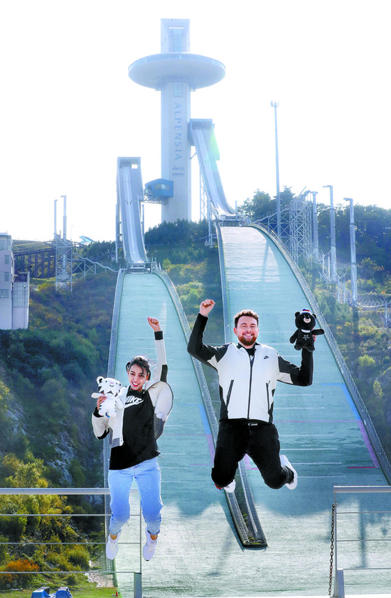 평창 알펜시아 스키점프대 앞에서 펄쩍 뛰어오른 우메이마(왼쪽)와 니콜라이. [평창·강릉=강정현 기자]