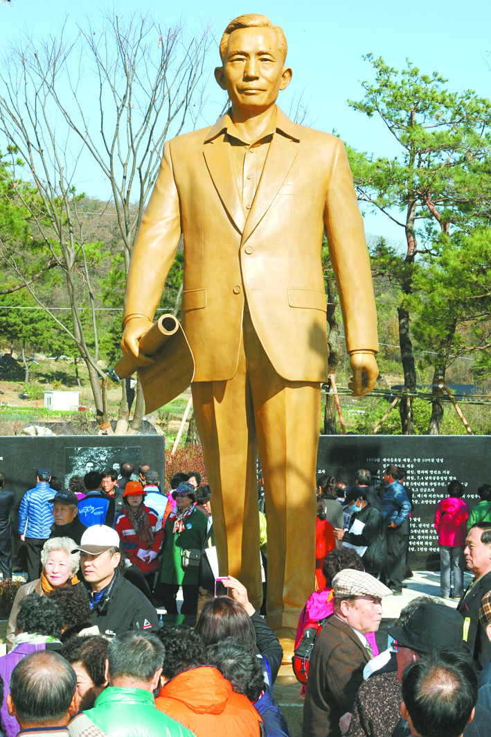 경북 구미시에 있는 박정희 대통령 동상.  [프리랜서 공정식]