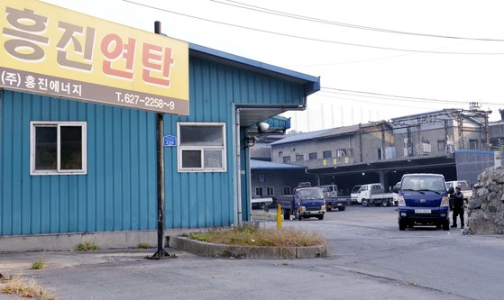 대전에서 규모가 가장 큰 흥진연탄 공장 입구. 공장 안에는 전국으로 연탄을 배달하기 위해 트럭들이 대기하고 있다. 프리랜서 김성태