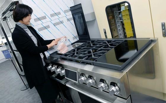 14층 요리개발실에서 연구원이 수비드(sous-vide) 조리법이 적용된 '프로베이크 컨벡션(ProBake Convection)' 오븐으로 음식을 조리하고 있다. [사진 LG전자]