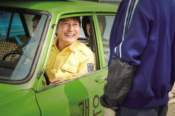영화 '택시운전사'의 송강호가 입은 노란색 근무복은 주로 개인택시 기사들이 입었다.[중앙포토]