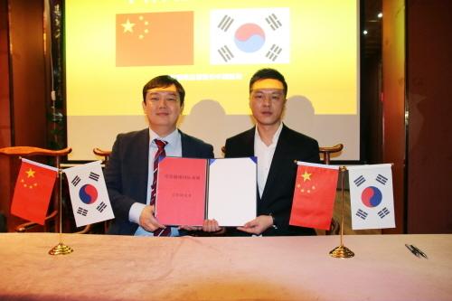 좌측(주)디지엔스 우인구 대표 우측 중국 온주상회 리신의 부총재 사진제공 ㈜디지엔스