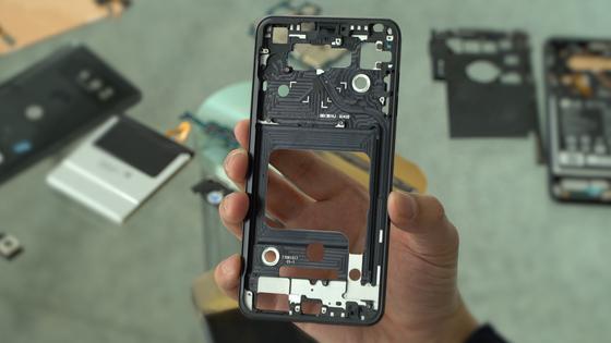 스마트폰의 무게를 가볍게 하기 위해 내부 메탈 프레임의 빈공간에 강도에 지장이 없을 만큼의 구멍을 뚫었다. [중앙일보 영상 캡쳐]