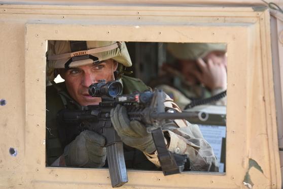 2004년 이라크전 당시 발생한 기습전을 다룬 8부작 드라마 '롱 로드 홈'. [사진 내셔널지오그래픽]