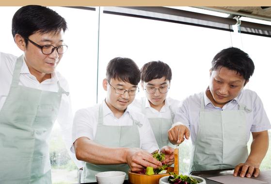 요리하는 남자들. [중앙포토]
