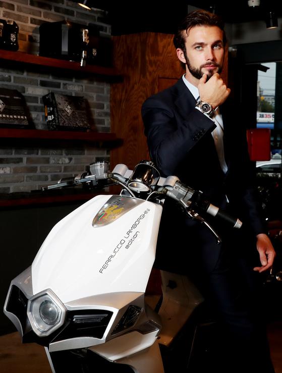 한국 전기스쿠터 시장에 진출하는 페루치오 람보르기니가 첫 모델인 이소 모토 페루치오 람보르기니 에디션에 탄 채로 포즈를 취하고 있다. 우상조 기자