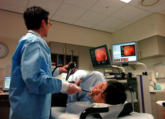 한 직장인이 위 내시경 검사를 받고 있다. 국가건강검진에 따라 40세가 넘으면 2년마다 무료로 위 내시경 검사를 받을 수 있다. [사진 신촌세브란스병원]