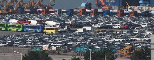 지난달 9일 경기 평택항 자동차 선적부두에 수출을 앞둔 차량이 줄지어 주차되어 있는 모습.
