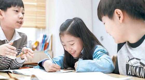 'I-See-Math' 수업을 듣는 학생들이 서로 토론하며 수학 문제를 풀고 있다. [사진 와이즈만]