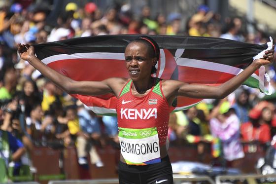 지난해 8월 리우올림픽 여자마라톤에서 금메달을 땄던 제미마 숨공. [AP=연합뉴스]