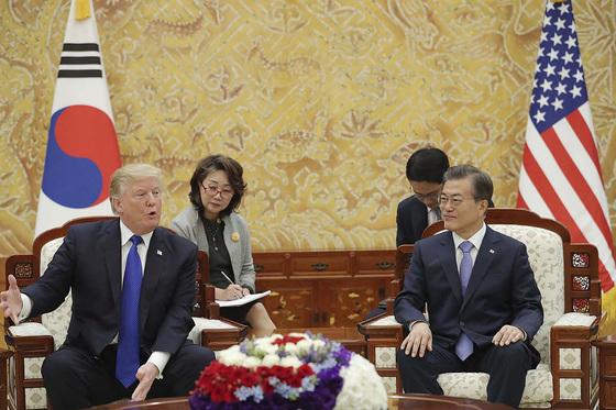 문재인 대통령과 도널드 트럼프 미국 대통령이 7일 오후 청와대 접견실에서 단독 정상회담을 하고 있다. [뉴스1]