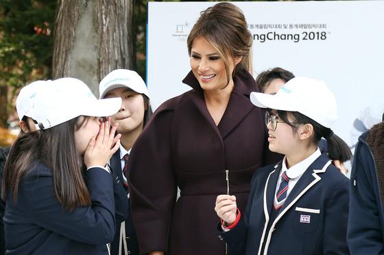 미국 대통령 도널드 트럼프의 부인 멜라니아 트럼프 여사가 7일 오후 서울 중구 주한미국대사관저에서 열린 '걸스 플레이2(Girls Play2)' 행사에 참석해 학생들을 직접 격려하고 있다. 조성진 기자.