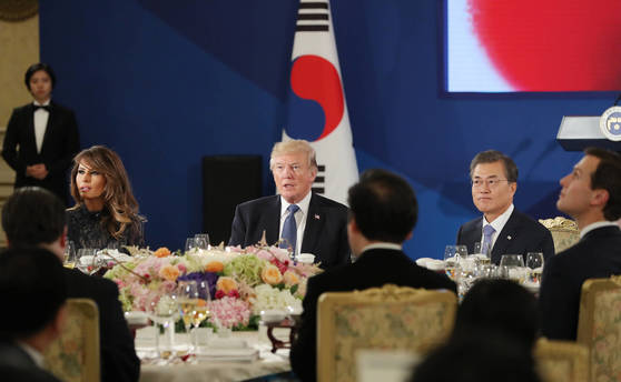 문재인 대통령과 도널드 트럼프 미국 대통령이 7일 오후 청와대에서 열린 국빈만찬에 자리하고 있다. 왼쪽은 멜라니아 여사. [연합뉴스]
