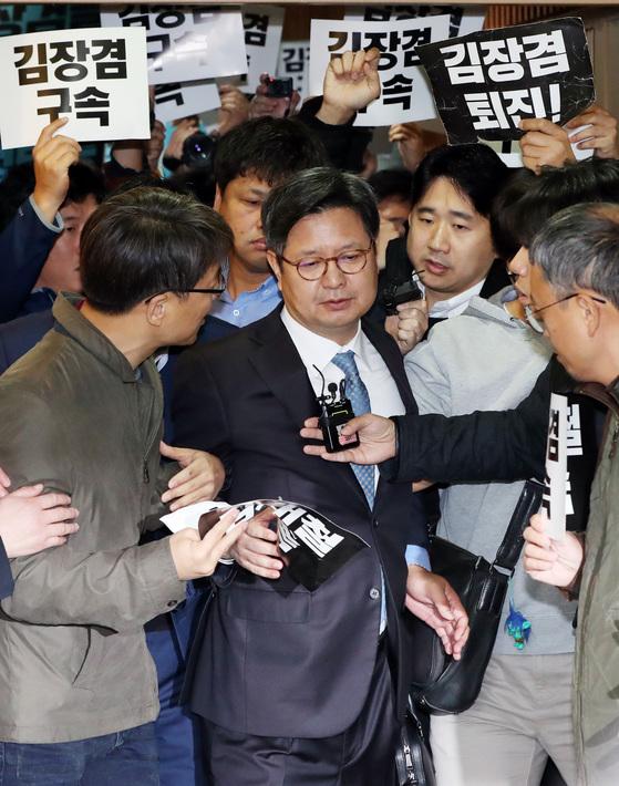 김장겸 MBC 사장이 8일 오전 서울 여의도 방송문화진흥회에서 열린 임시 이사회에 참석하기 위해 회의실로 들어서며 노조원들의 항의를 받고 있다. 김경록 기자