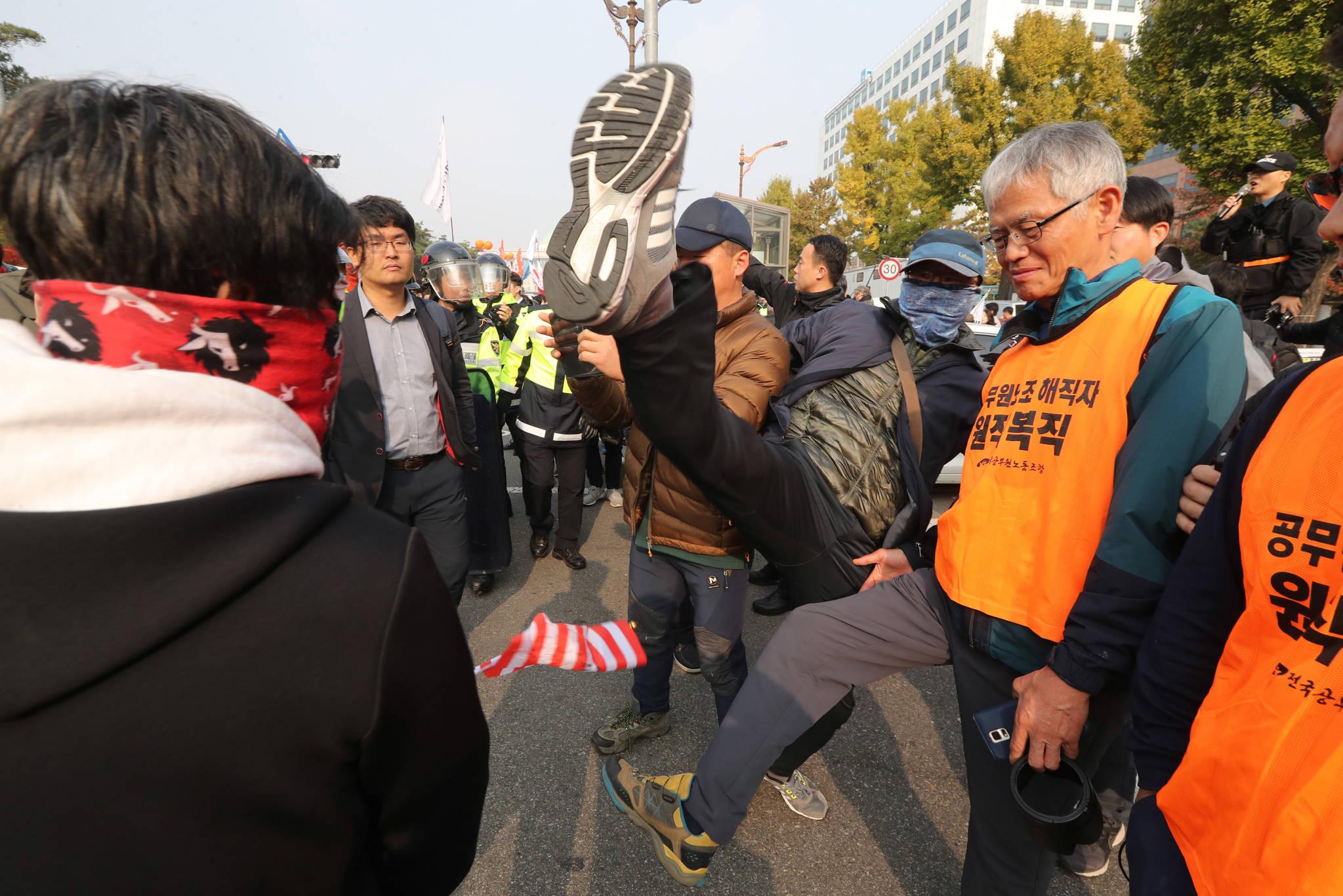 트럼프 방한 찬성집회 참가자와 반대집회 참가자 사이에 몸싸움이 일어났다. 왼쪽 사람이 먼저 발길질을 하자 같이 발길질을 하고 있다. 신인섭 기자