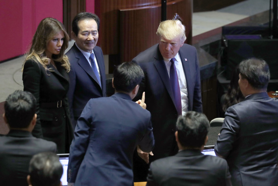 도널드 트럼프 미국 대통령이 8일 오전 국회 본회의장에서 연설을 했다. 연설을 마친 뒤 본회의장을 떠나며 바른정당 지상욱 의원과 이야기하고 있다. 박종근 기자