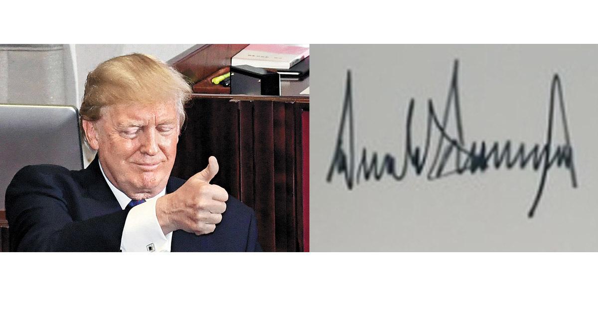 8일 국회연설을 마치고 엄지를 치켜 든 트럼프 대통령(좌)과 트럼프 대통령이 지난 7일 청와대 본관 1층 로비에 남긴 서명(우) [중앙포토]