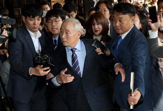 남재준 전 국정원장이 8일 오후 서울중앙지검에 피의자 신분으로 출석하고 있다. 우상조 기자