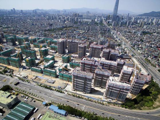 서울 송파구 가락동 가락시영아파트를 재건축해 짓는 '헬리오시티' 공사 현장. [중앙포토]