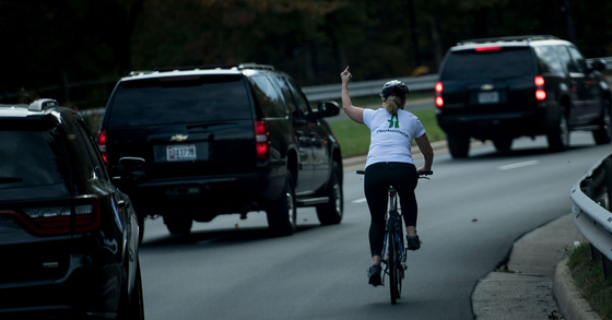 트럼프 대통령의 차량 행렬에 가운뎃손가락으로 욕을 한 줄리 브리스만. [AFP=연합뉴스]