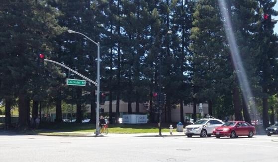 교차로에서 정지해 있는 구글의 자율주행차. [중앙포토]
